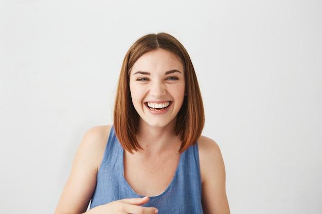 Portrait de joyeuse heureuse jeune belle fille riant souriant.