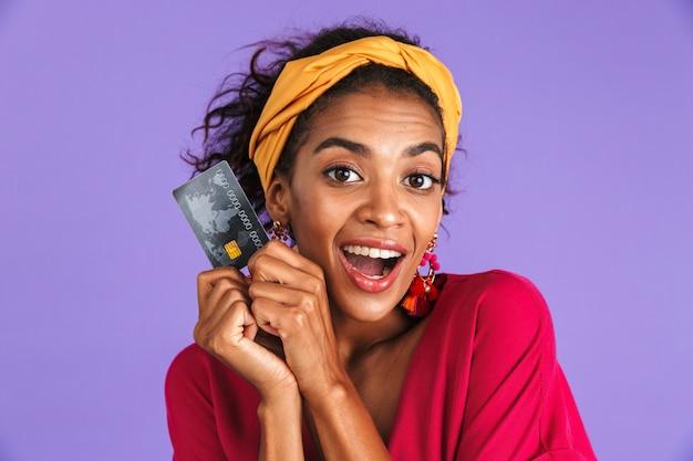 Portrait d'une joyeuse jeune femme africaine en bandeau