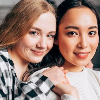 Portrait de joyeuses jeunes femmes attirantes