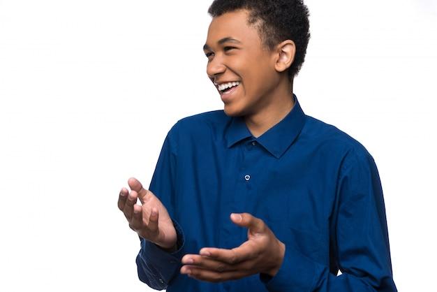 Portrait de joyeux adolescent afro-américain