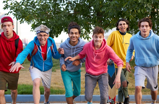Portrait de joyeux garçons adolescents caucasiens à l'extérieur