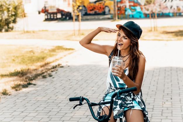 Portrait de joyeux jeune cycliste dans le parc