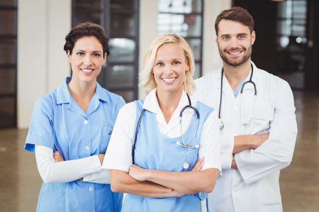 Portrait de joyeux médecins et infirmière