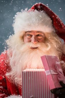 Portrait de joyeux noël ouvrant la boîte-cadeau