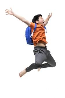 Portrait de joyeux petit enfant asiatique sautant isolé sur blanc