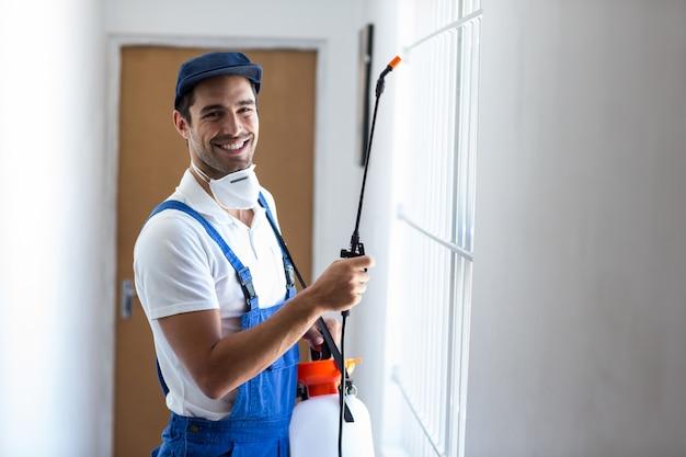 Portrait de joyeux travailleur des pesticides