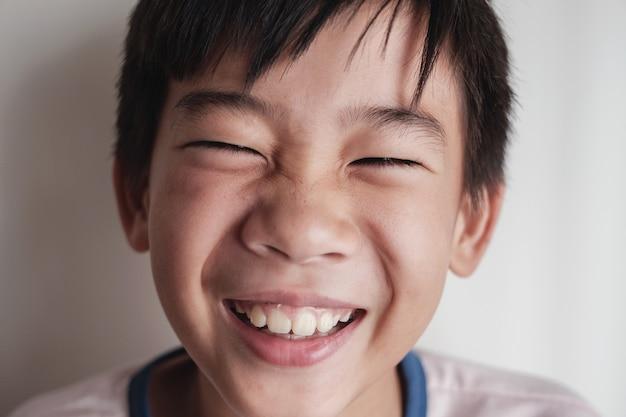 Portrait de joyeux tween asiatique preteen rire