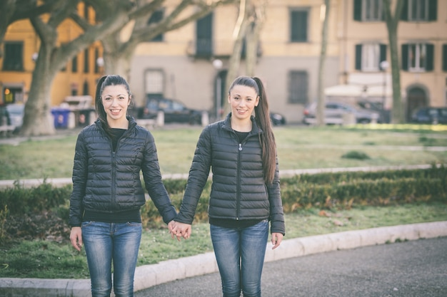 Portrait de jumeaux au parc