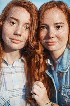 Portrait de jumeaux gingembre ayant un meilleur ami est tellement amusant. le partage et la bienveillance sont excellents. concept de famille et d'amitié.