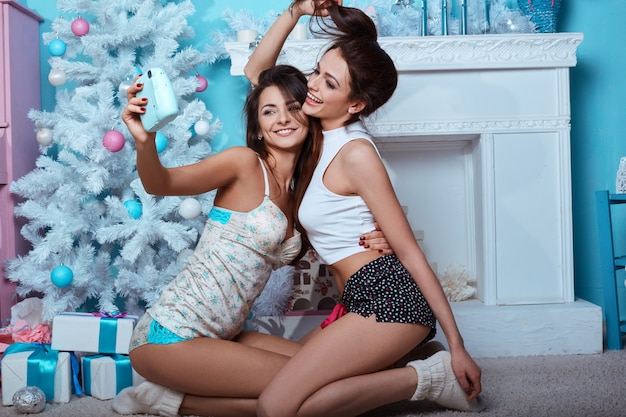 Portrait lifestyle intérieur des deux meilleurs amis hipster filles folles