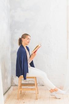 Portrait d'un livre de lecture de femme séduisante
