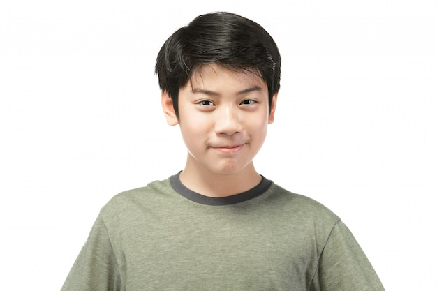 Portrait de look bon enfant asiatique isolé sur blanc.
