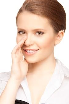 Portrait lumineux d'une adolescente chuchotant des potins