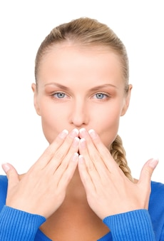 Portrait lumineux d'une adolescente avec la main sur la bouche