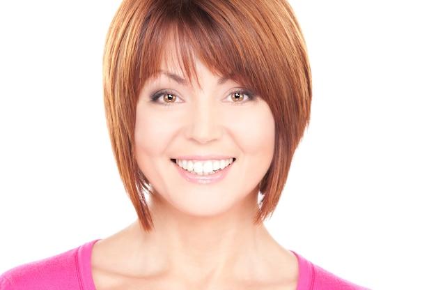 Portrait lumineux de belle femme d'affaires sur mur blanc