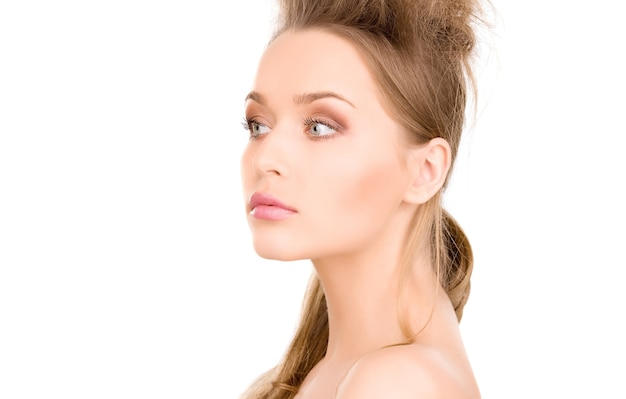 Portrait lumineux de belle femme sur mur blanc