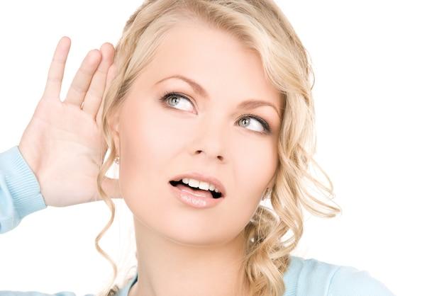 Portrait lumineux de jeune femme à l'écoute des potins