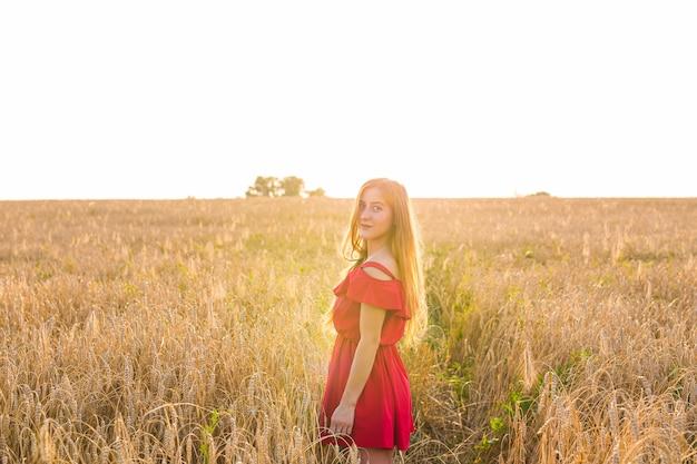 Portrait lumineux d'une jeune femme heureuse au champ d'été
