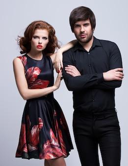 Portrait de luxe jeune couple amoureux posant vêtu de vêtements classiques