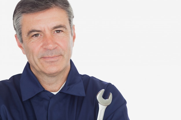Portrait de machanic mature avec une clé