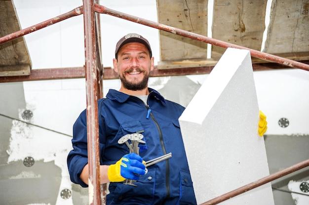 Portrait de maçon confiant au chantier de construction.