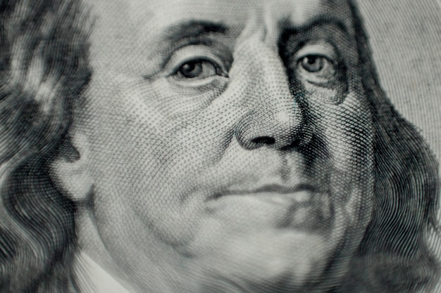 Portrait de macro de benjamin franklin de cent dollars