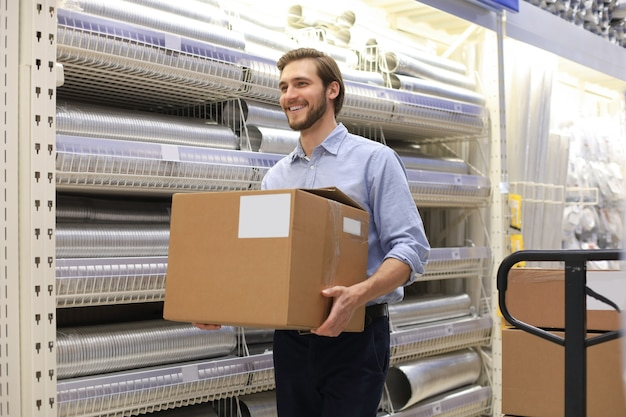 Portrait d'un magasinier souriant au travail.