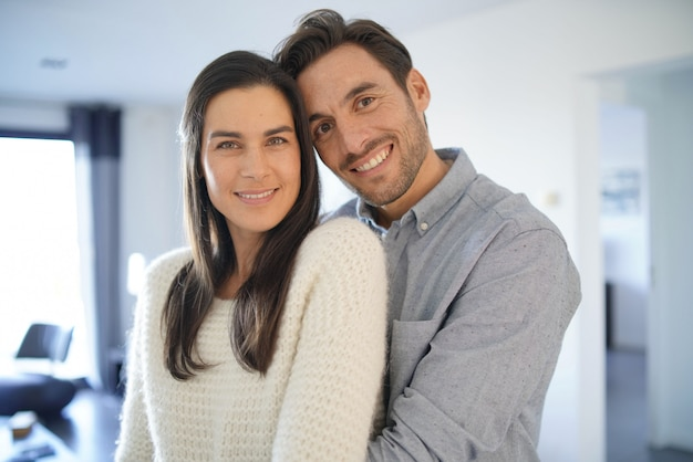 Portrait de magnifique couple embrassant à la maison