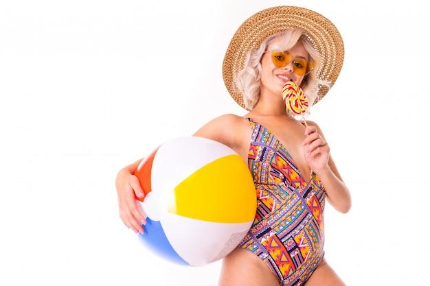 Portrait de magnifique femme caucasienne en maillot de bain
