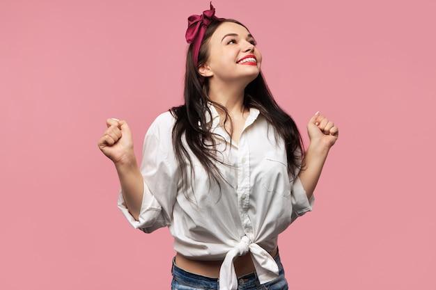 Portrait de magnifique pin up girl portant chemise blanche et foulard rouge