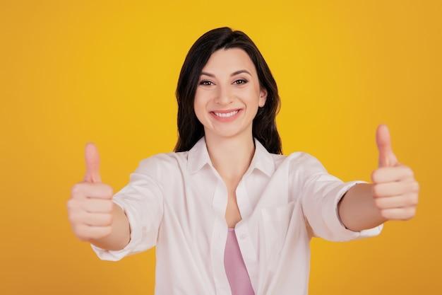 Portrait de mains de fille de conseiller tenir l'espace vide comparer sur fond jaune