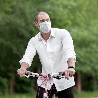 Portrait, de, mâle adulte, équitation, vélo, dehors