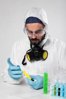 Portrait, de, mâle adulte, prendre échantillons médicaux