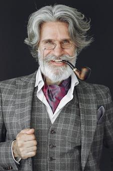 Portrait de mâle anglais rousse barbu.