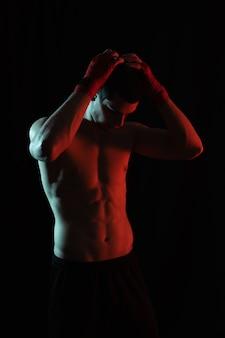 Portrait, mâle, boxeur, poser, rouges, blanc, lumière