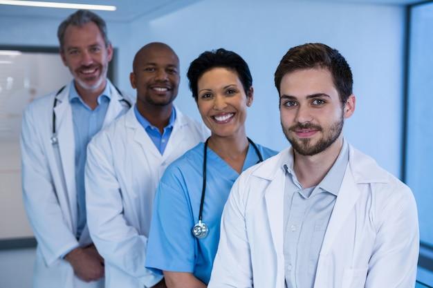 Portrait, mâle, médecins, infirmière, debout, couloir