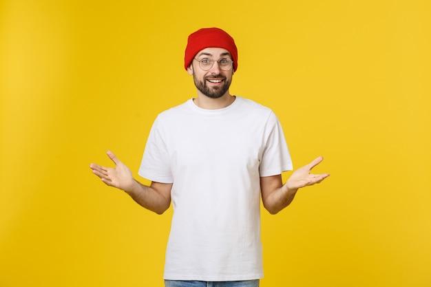 Portrait malheureux bel homme regardant la caméra sur l'espace jaune