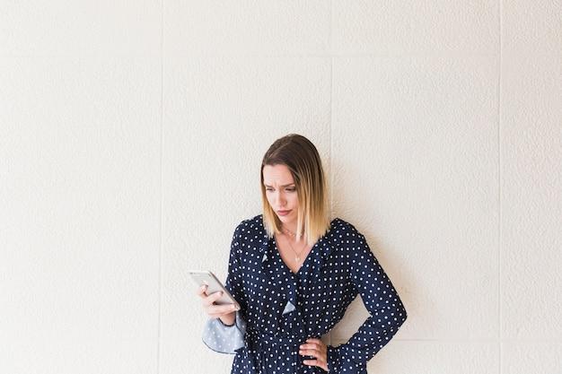 Portrait, de, a, malheureux, femme, tenue, téléphone portable