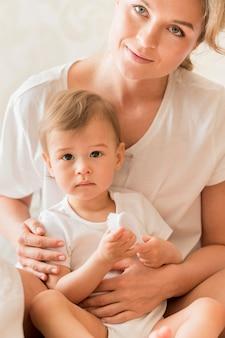 Portrait de maman tenant bébé
