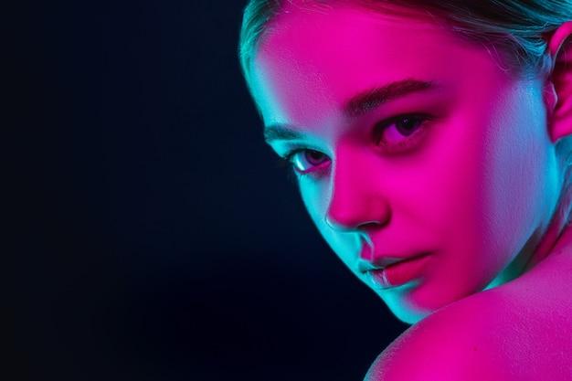 Portrait de mannequin femme en néon sur fond de studio sombre