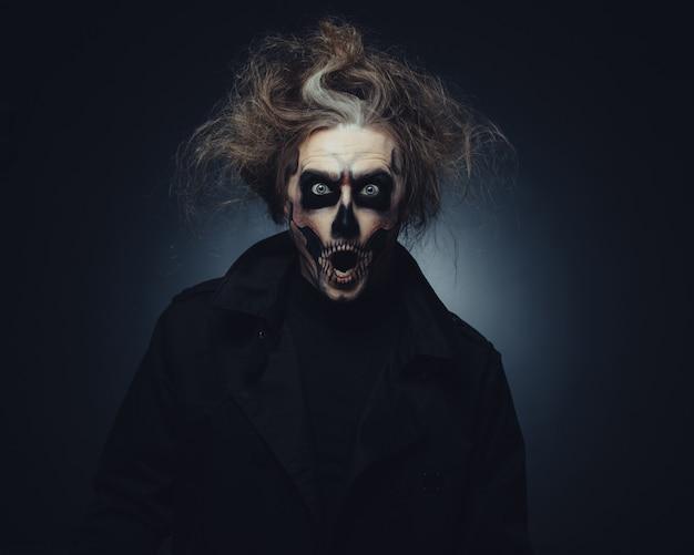 Portrait de maquillage de crâne de jeune homme
