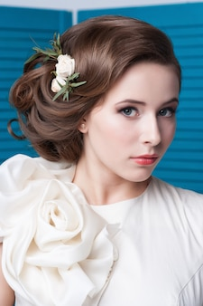 Portrait de la mariée aux grands yeux magnifiques sur bleu