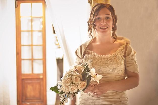 Portrait de mariée avec bouquet de fleurs à la main