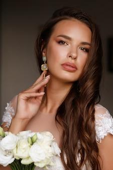 Portrait de la mariée avec bouquet de fleurs
