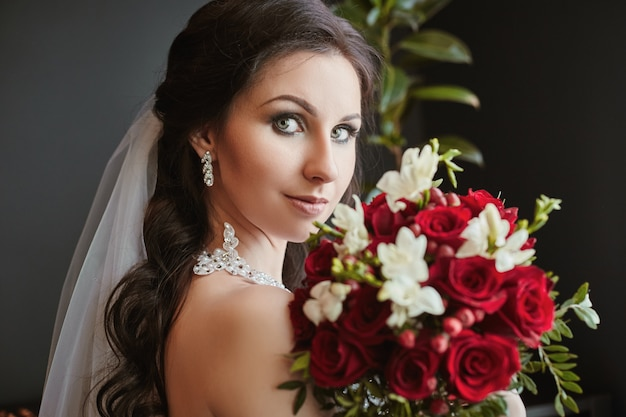 Portrait d'une mariée avec un bouquet de fleurs