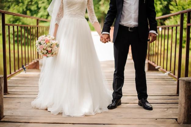 Portrait de mariée dans une robe blanche et époux dans un costume de mariage