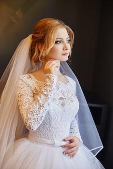 Portrait d'une mariée dans une robe de mariée blanche chic