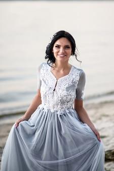 Portrait de la mariée dans une robe de mariée bleue