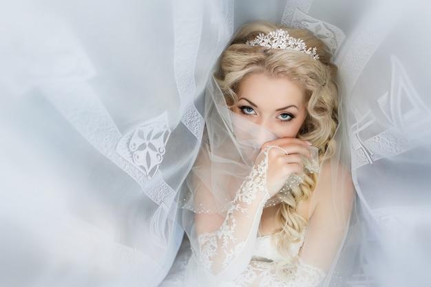 Portrait de la mariée en gros plan qui était recouvert d'un voile