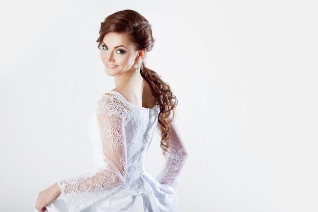 Portrait de mariée heureuse en robe de mariée